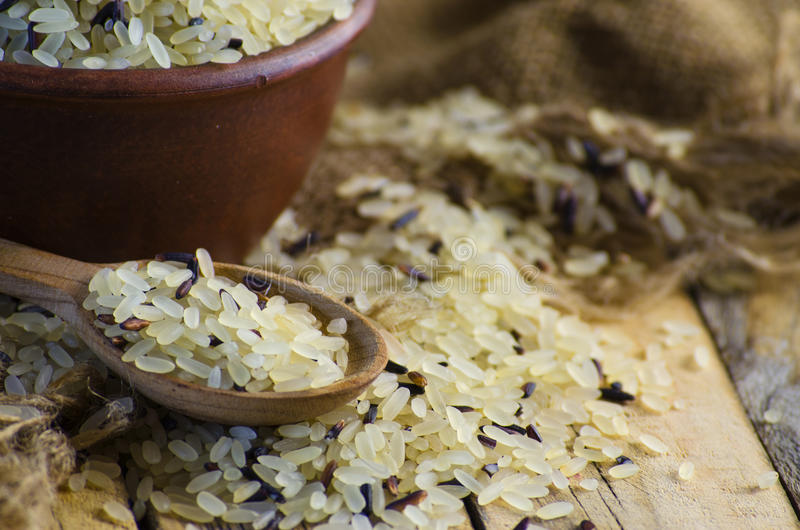 Grão convencional e arroz selvagem imagens de stock