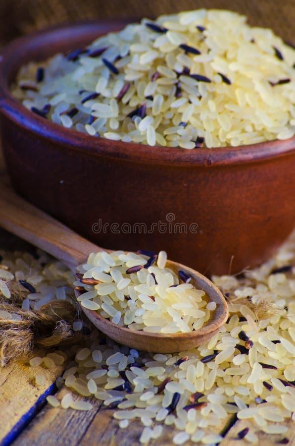Grão convencional e arroz selvagem fotos de stock