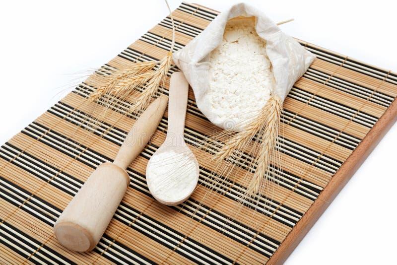 Grão da farinha e do trigo com colher de madeira. imagem de stock
