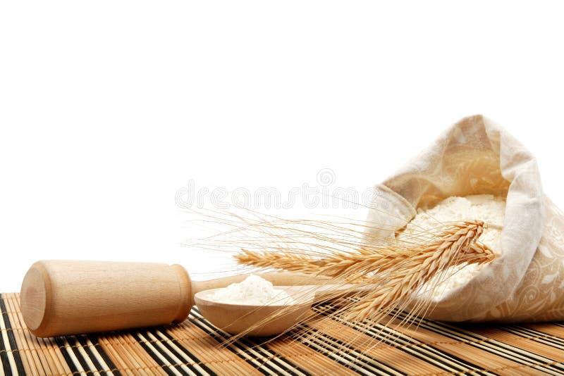 Grão da farinha e do trigo com colher de madeira. foto de stock