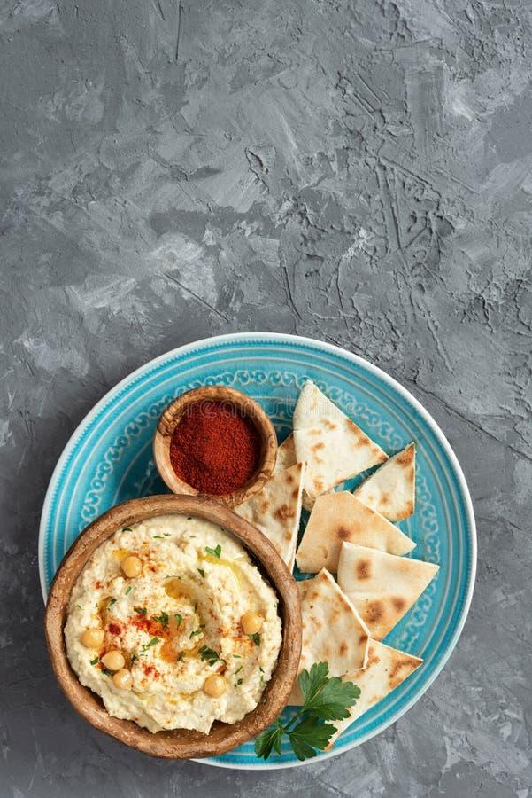 Grão-de-bico Hummus e Pita Chips no fundo concreto fotos de stock
