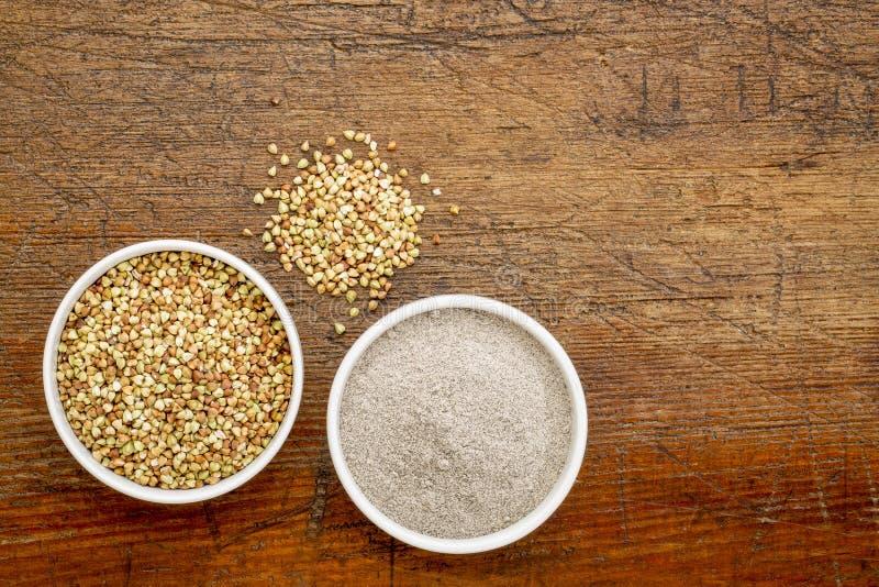 Grão e farinha do trigo mourisco fotografia de stock royalty free