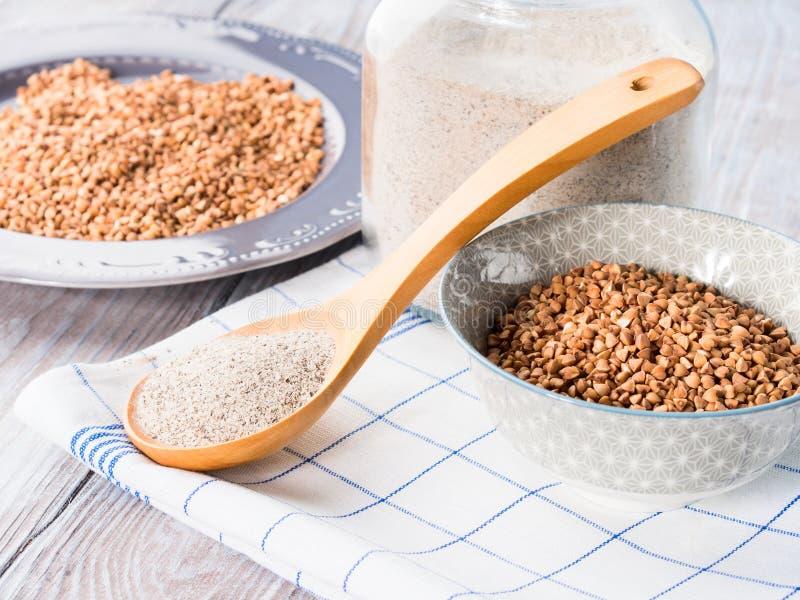 Grão e farinha do trigo mourisco imagem de stock royalty free