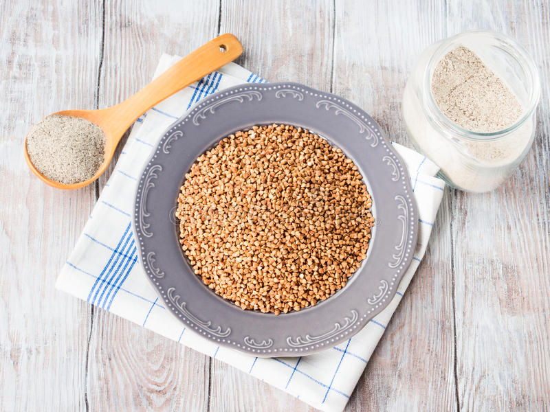 Grão e farinha do trigo mourisco imagens de stock royalty free