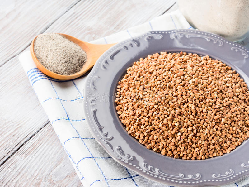 Grão e farinha do trigo mourisco closeup imagens de stock royalty free