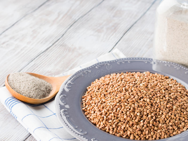 Grão e farinha do trigo mourisco Copie o espaço imagem de stock royalty free