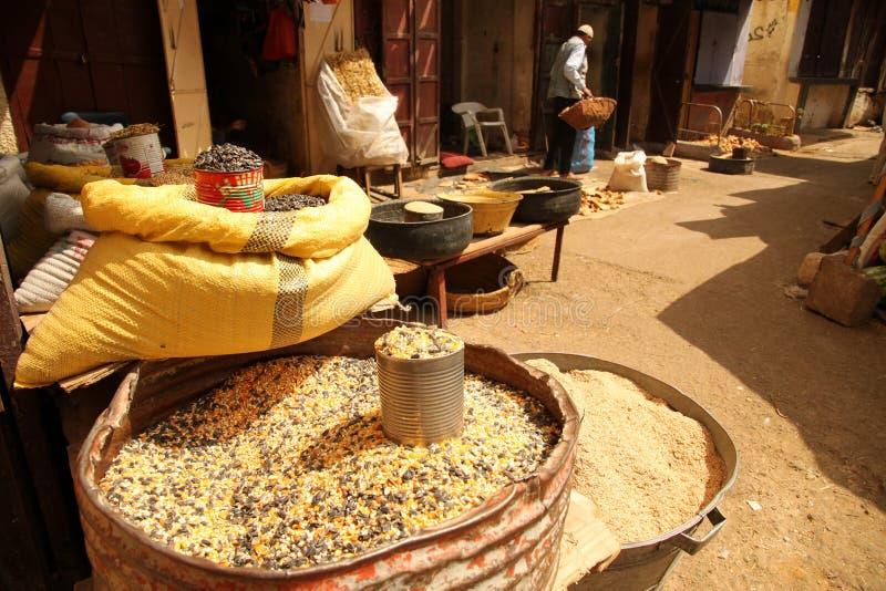 Grão e milho na venda fotos de stock
