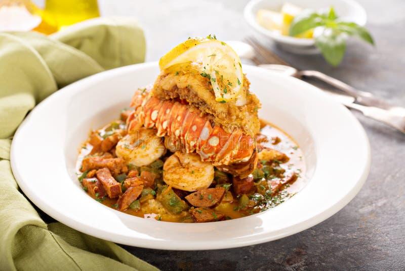 Grãos com uma cauda, um camarão e uma salsicha de lagosta imagens de stock royalty free