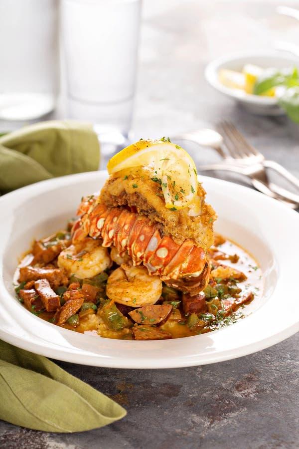 Grãos com uma cauda, um camarão e uma salsicha de lagosta fotos de stock royalty free