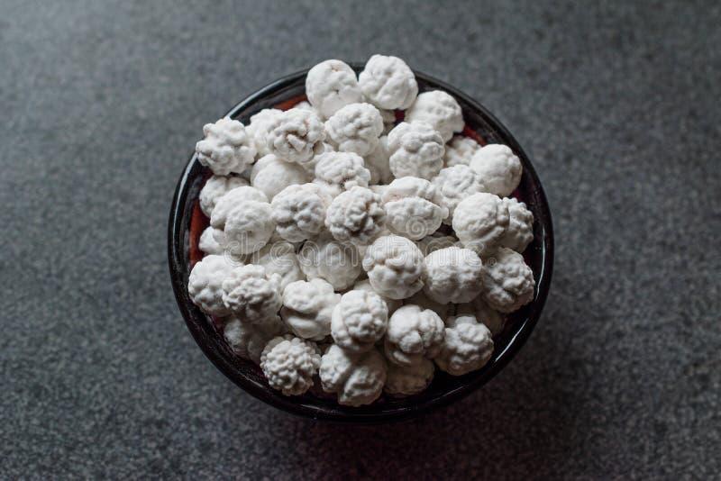 Grãos-de-bico Roasted brancos com açúcar na bacia pequena fotografia de stock