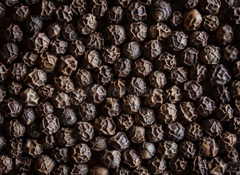Grãos de pimenta em uma tabela marrom spice Close-up foto de stock