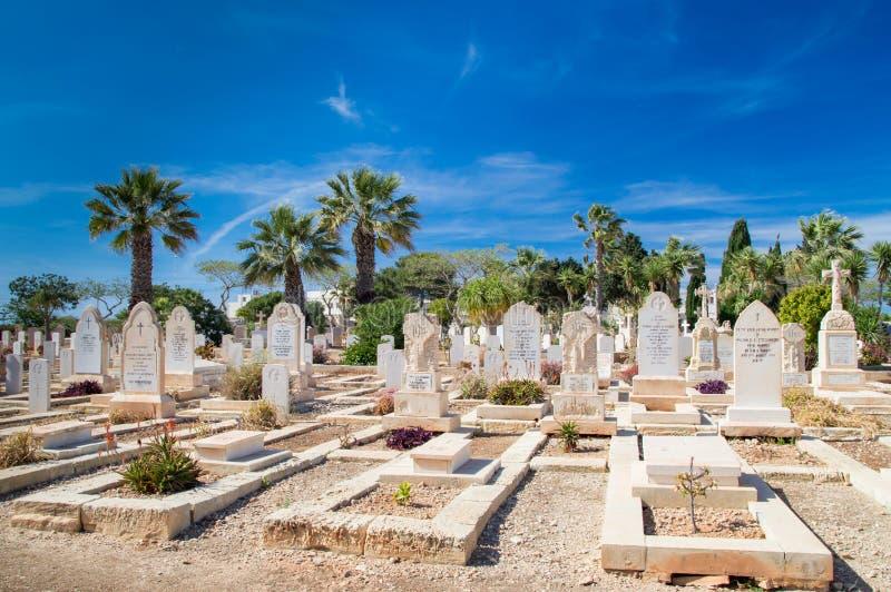 Gräber auf Marinekirchhof Kalkara stockfoto