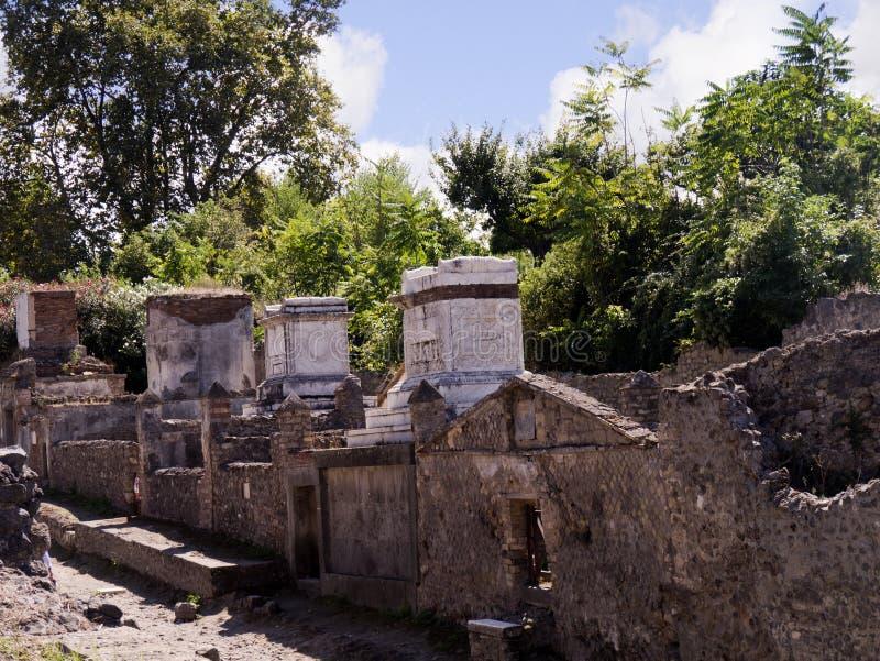 Gräber durch die Stadtmauern von Pompeji lizenzfreie stockbilder