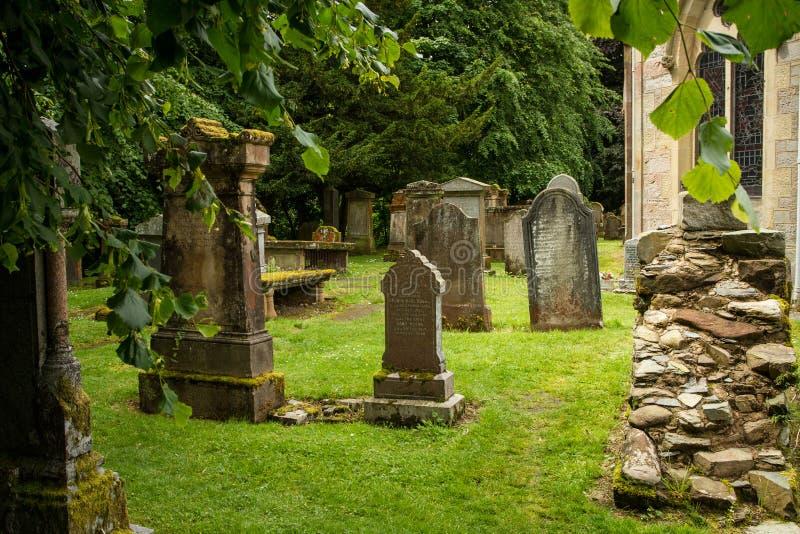 Gräber in einem kleinen Kirchenkirchhof lizenzfreie stockfotos