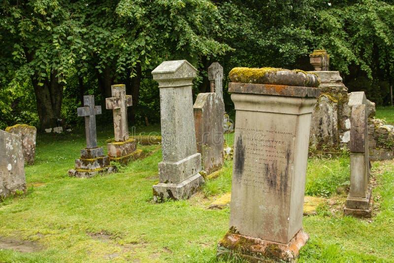 Gräber und sehnt sich in einem scotish Kirchenkirchhof lizenzfreie stockfotos