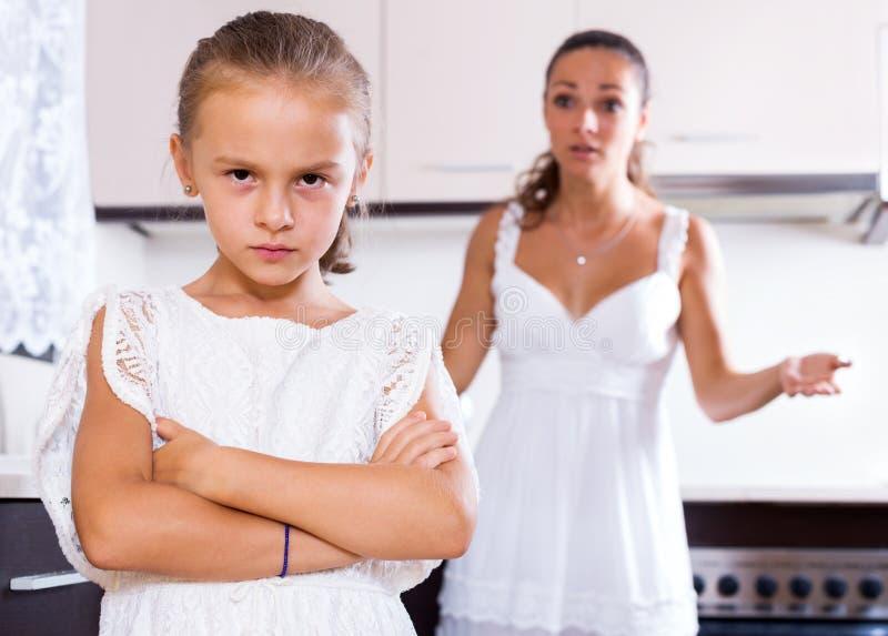 Gräla kvinnan och det kvinnliga barnet royaltyfria bilder