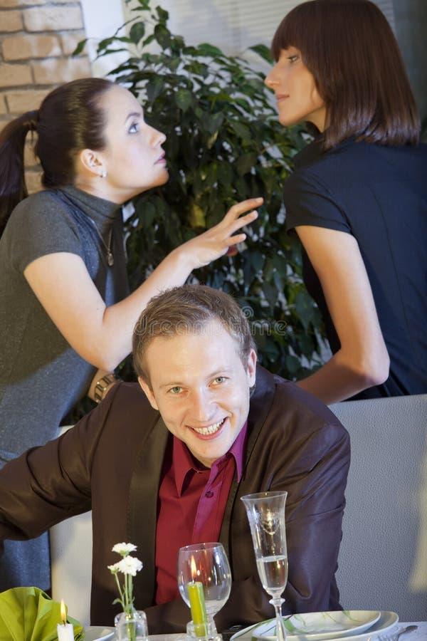 gräla kvinnor för lycklig man royaltyfria bilder