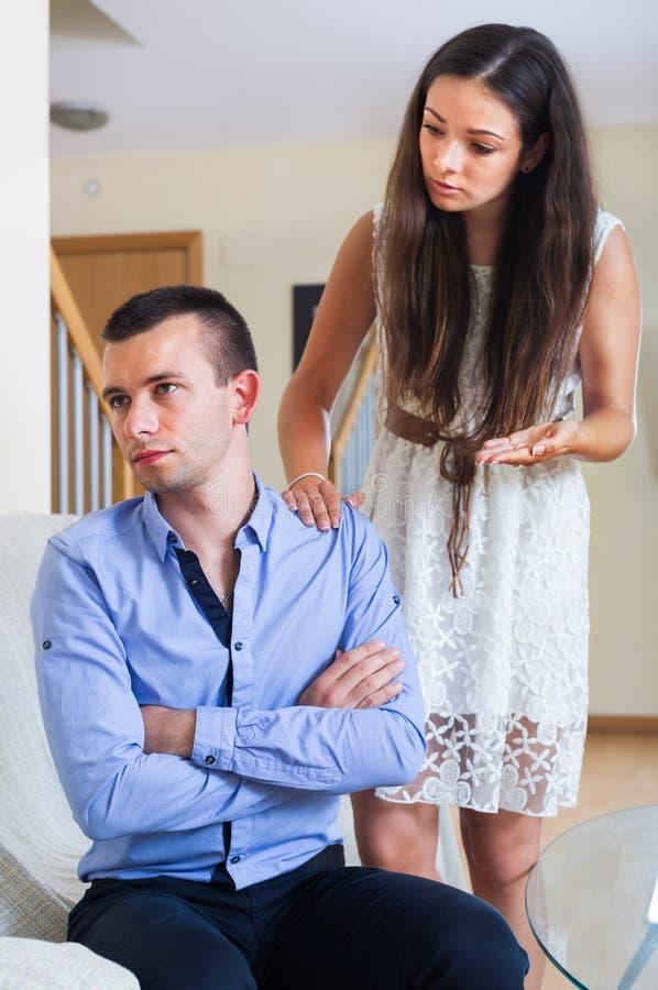 Gräla mellan maken och frun arkivfoton