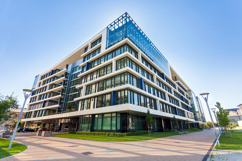 Gränd med moderna kontorsbyggnader i Budapest royaltyfri bild