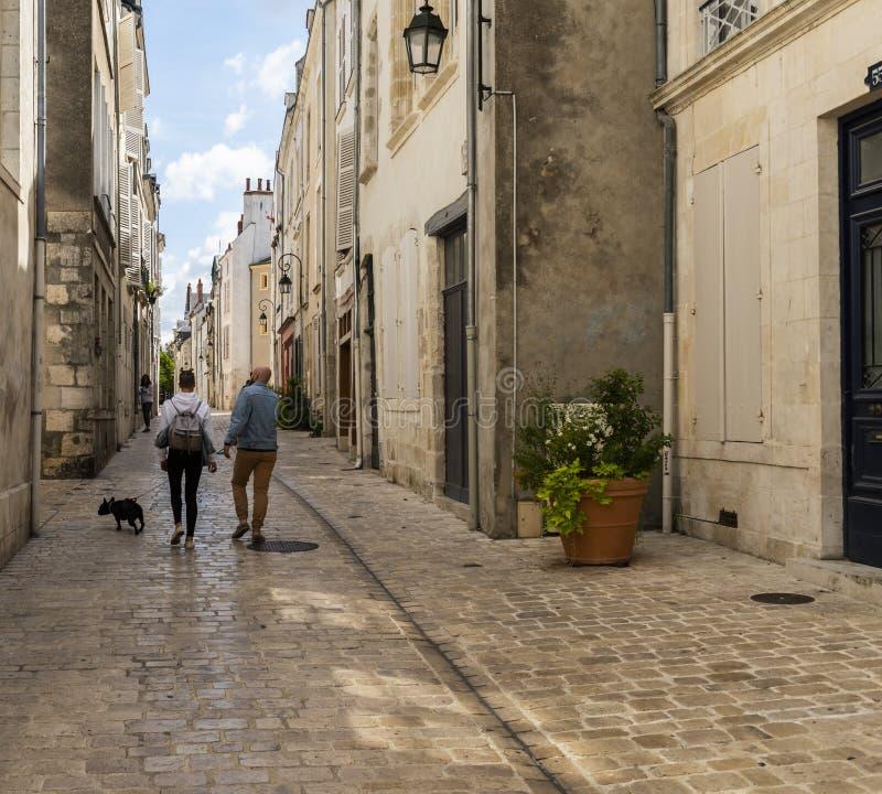 Gränd med par i Orleans Frankrike arkivfoton