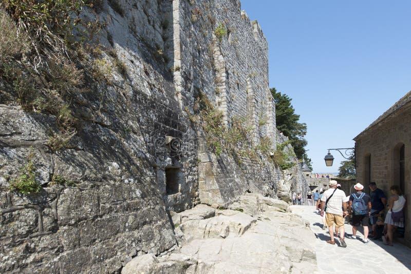 Gränd runt om Mont Saint Michel Abbey, Frankrike arkivbilder