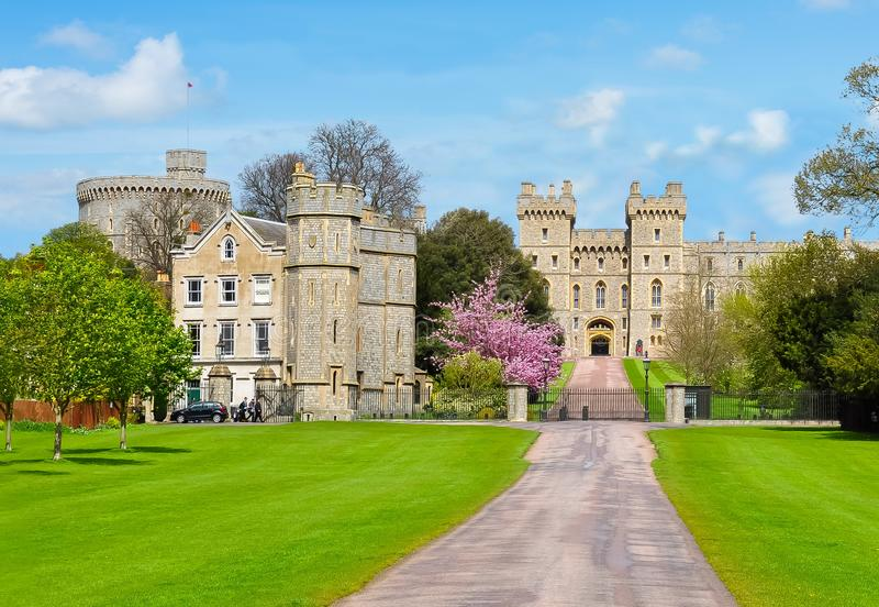 Gränd till den Windsor slotten i våren, London förorter, UK royaltyfria foton