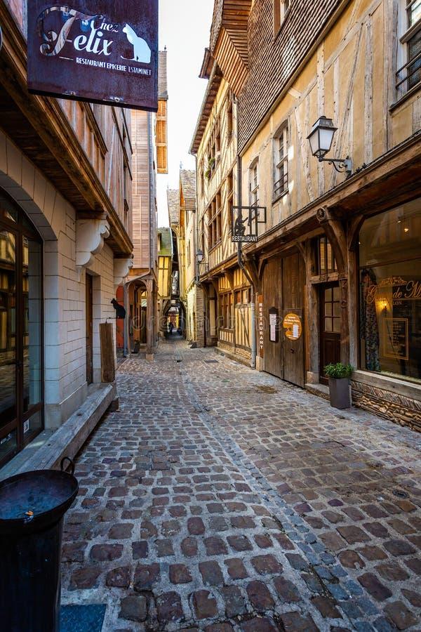Gränden av katter i historisk mitt av Troyes med halva timrade byggnader royaltyfri bild