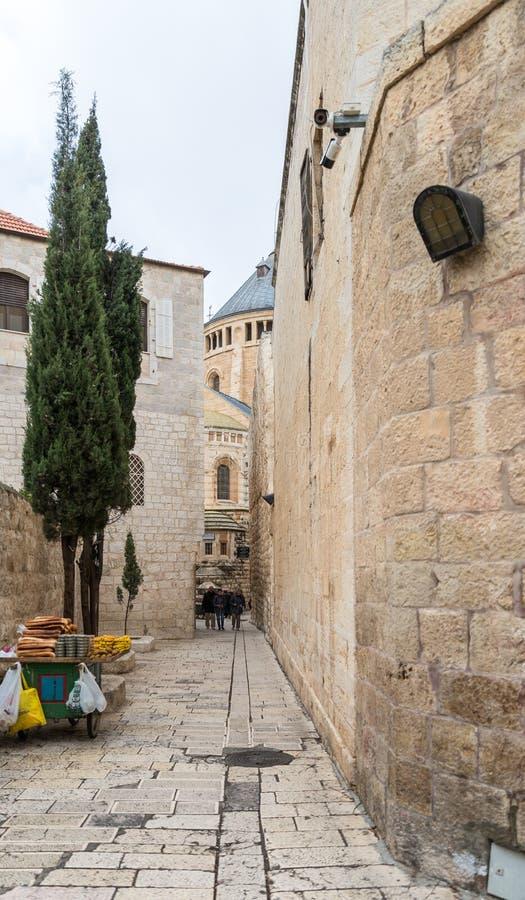 Gränden som leder från Zion Gate till den Dormition abbotskloster i gammal stad av Jerusalem, Israel arkivfoton