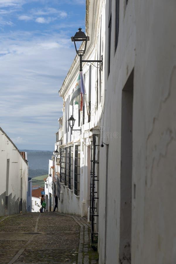 Gränder av kalkade hus som är typiska av byn av Jerez de los fotografering för bildbyråer