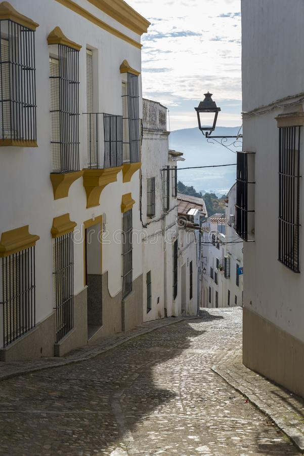 Gränder av kalkade hus som är typiska av byn av Jerez de los royaltyfri bild