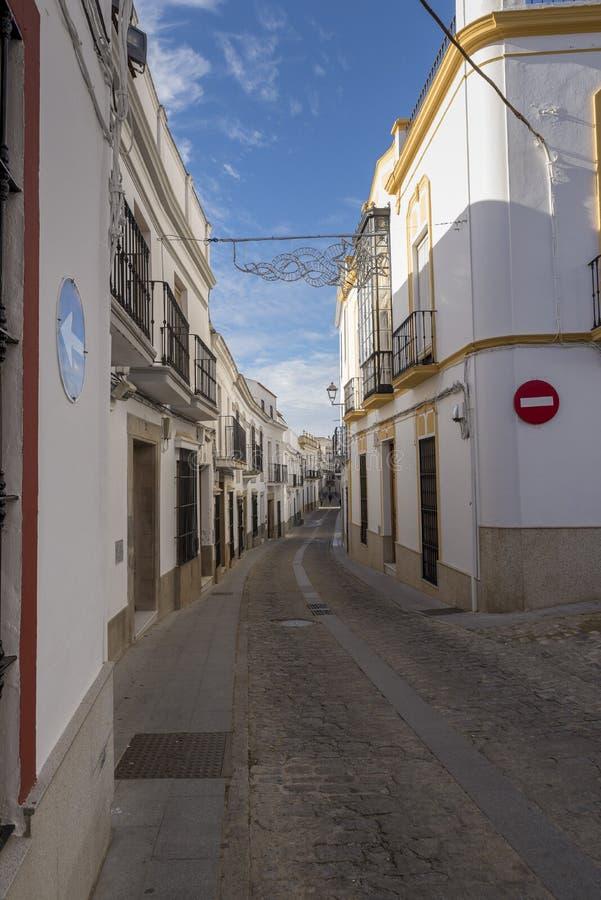 Gränder av kalkade hus som är typiska av byn av Jerez de los arkivbilder