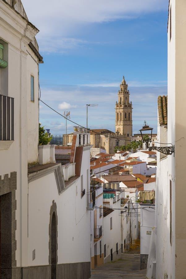 Gränder av kalkade hus som är typiska av byn av Jerez de los royaltyfria foton