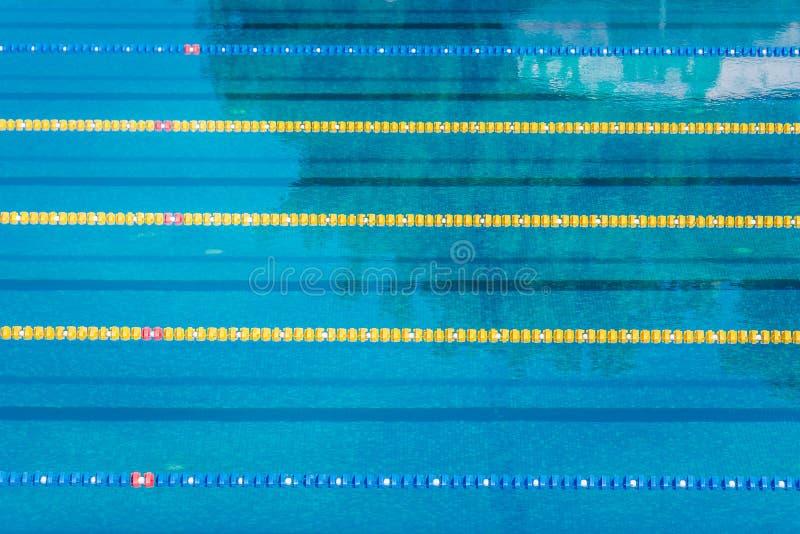 Gränder i simbassäng för olympic format för konkurrens en utomhus- lugna vattenbakgrund royaltyfri fotografi