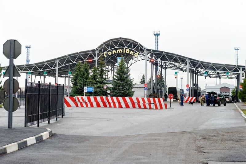 Gränsövergång testpunkt Hoptivka mellan Ukraina och Ryssland royaltyfria bilder