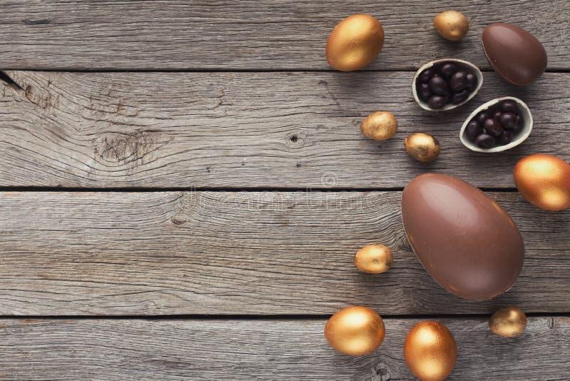 Gräns av chokladeaster ägg på träbakgrund royaltyfria foton