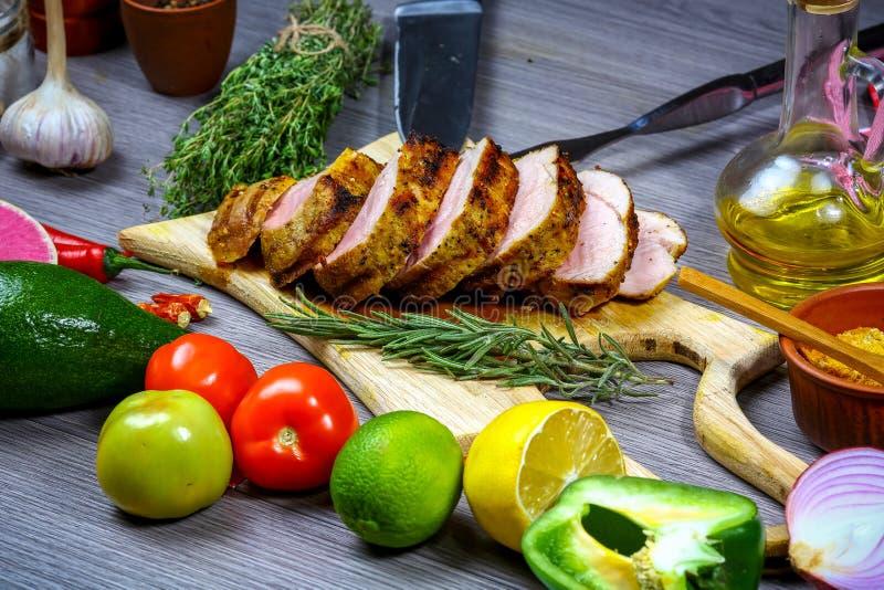 Gräns av grillat kött med grönsaker på den lantliga tabellen med kopieringsutrymme, bästa sikt Matlagningrecept arkivfoton
