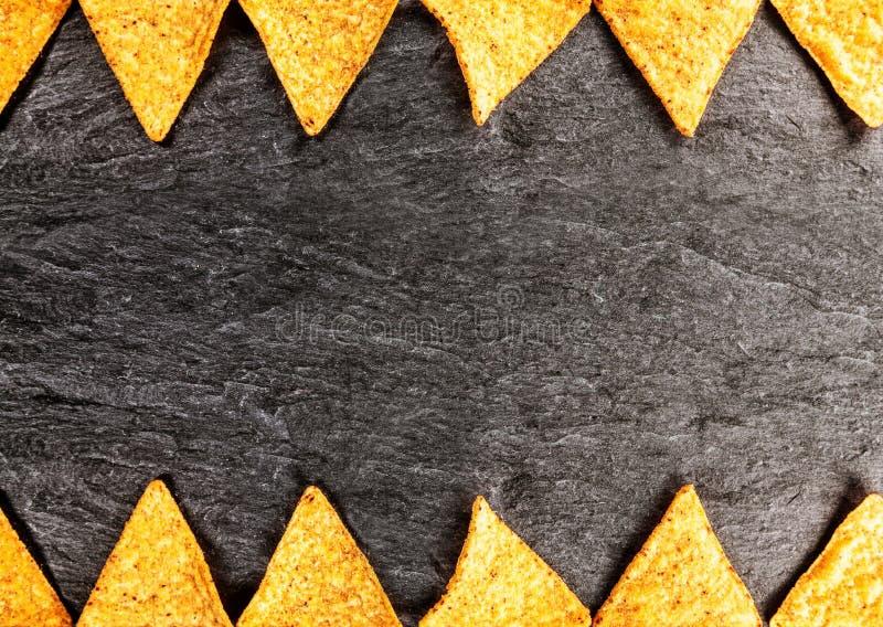 Gräns av guld- knapriga nachos fotografering för bildbyråer