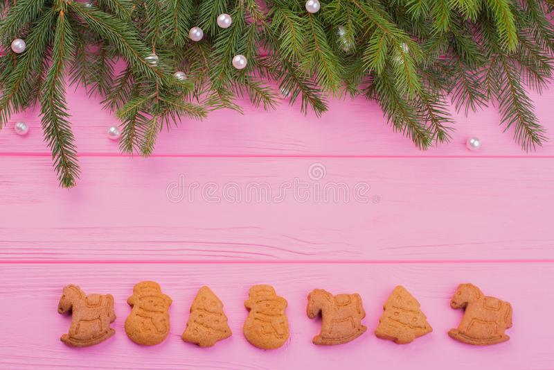 Gräns från ljust rödbrun kakor för jul och prydligt träd royaltyfri bild