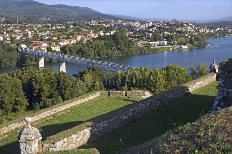 Gränsa floden, bro, mellan Portugal och Spanien royaltyfri fotografi