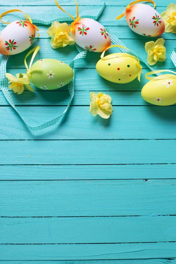 Gränsa från dekorativa påskägg, ljusa vårblommor och ri royaltyfria foton