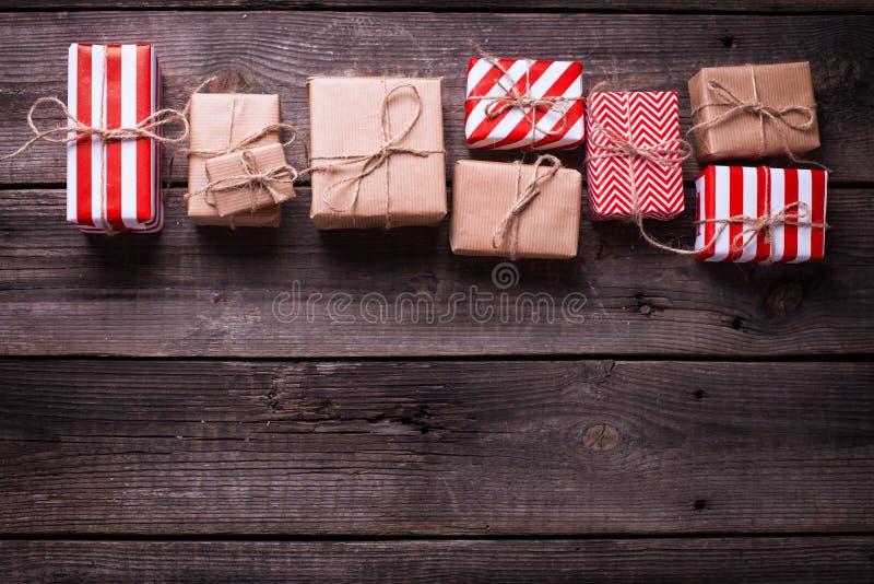 Gränsa från gåvaaskar med gåvor på tappningträbackgro fotografering för bildbyråer
