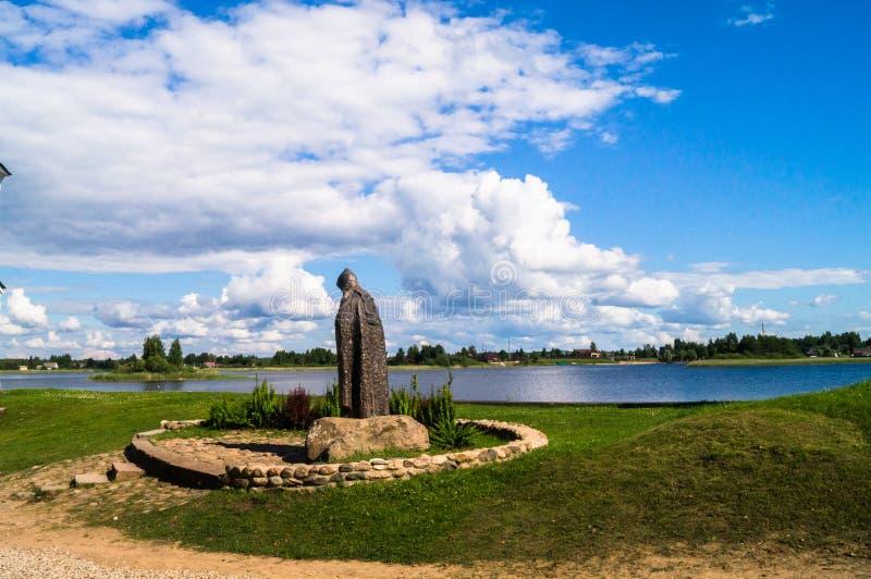 Gränslösa ryska vidder Vördnadsvärd Nil Stolobensky minnesmärke i Nilus Monastery på sjön Seliger, Tver region Ryssland arkivbilder