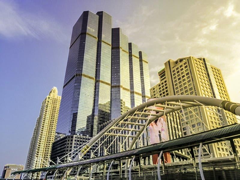 Gränsmärke av Bangkok - byggnader och himmel går på Chong Nonsi BTS royaltyfri bild