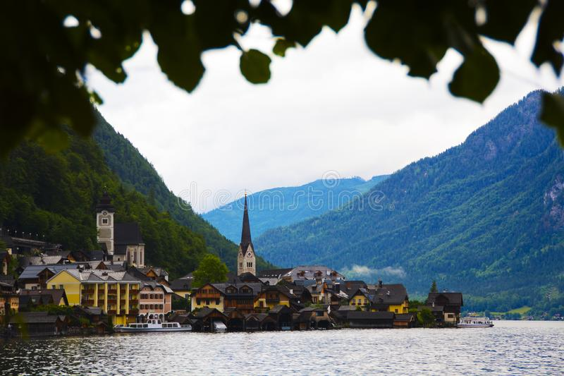 Gränsmärke av den österrikiska staden på sjön suranded med berg fotografering för bildbyråer