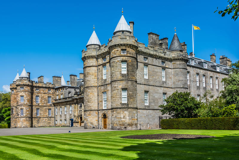 Gränsmärke av Edinburg - Holyrood slott arkivbilder