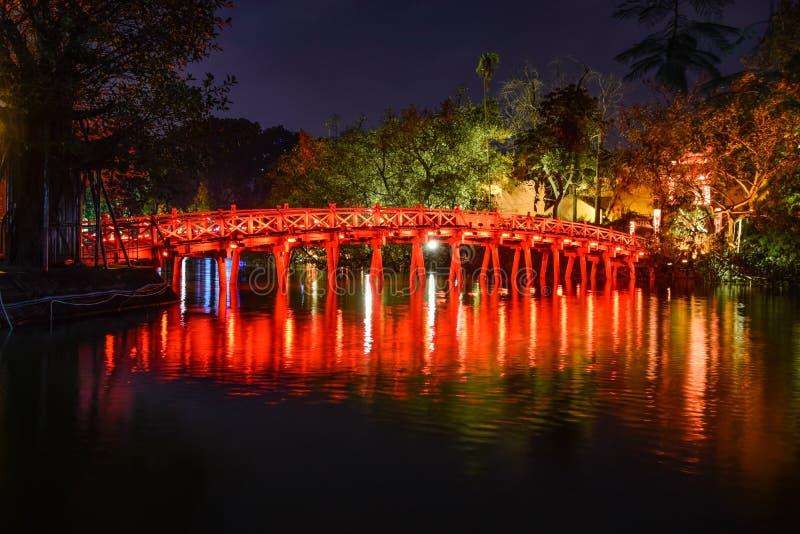 Gränsmärke av Hanoi - den Huc bro- och Hoan Kiem sjön i natten på Hanoi, Vietnam royaltyfria foton