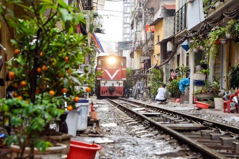 Gränsmärke av Hanoi: Stäng sig upp av det gamla drevet som kör på järnväg i eftermiddagen på Hanoi, Vietnam, transport av Hanoi arkivfoto