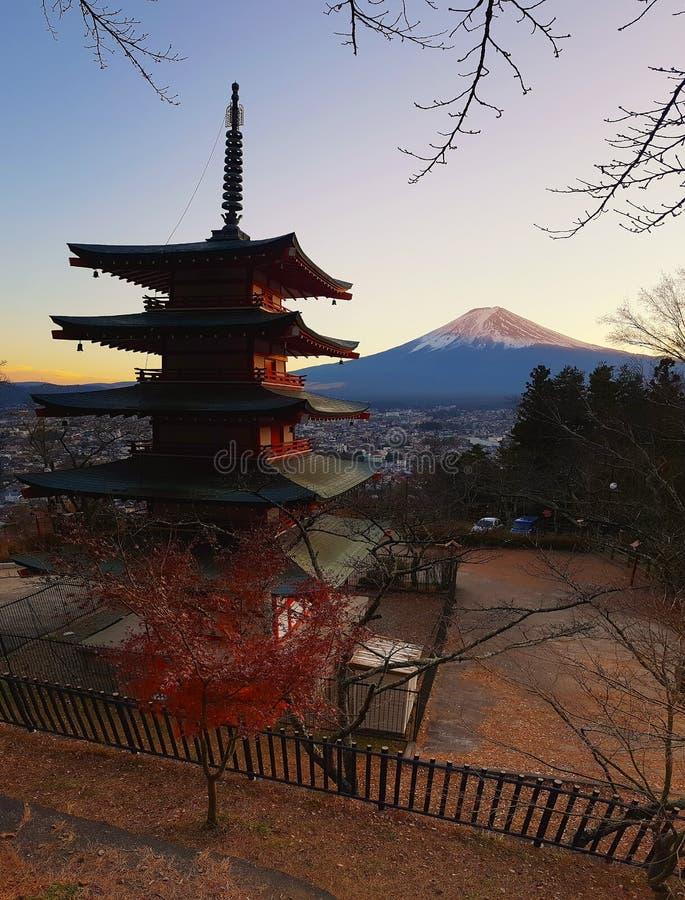 Gränsmärke av Japan Chureito den röda pagoden och Mten Fuji i Fujiyoshida, Japan arkivbilder