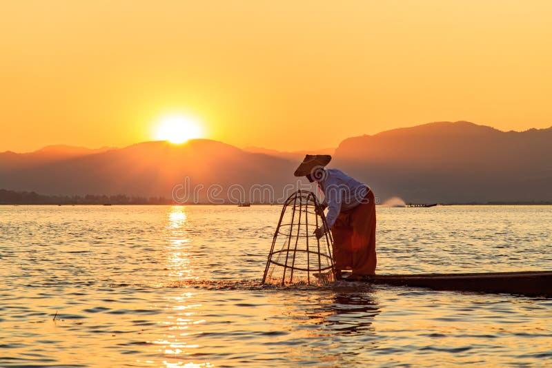 Gr?nsm?rke f?r Myanmar loppdragning - den traditionella Burmese fiskaren p? Inle sj?n, Myanmar som var ber?md f?r deras s?rskilja royaltyfri bild