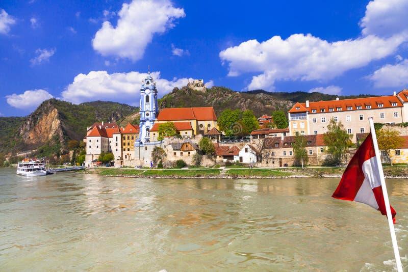 Gränsmärken av Austia, lopp över den Danaube floden - Durnstein stad arkivfoto